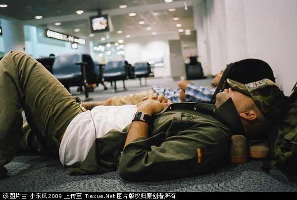 老外在机场过夜的爆笑睡姿